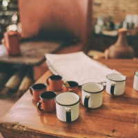 Sanaton yhteys vai sanaton sota – tilanne kahvilassa