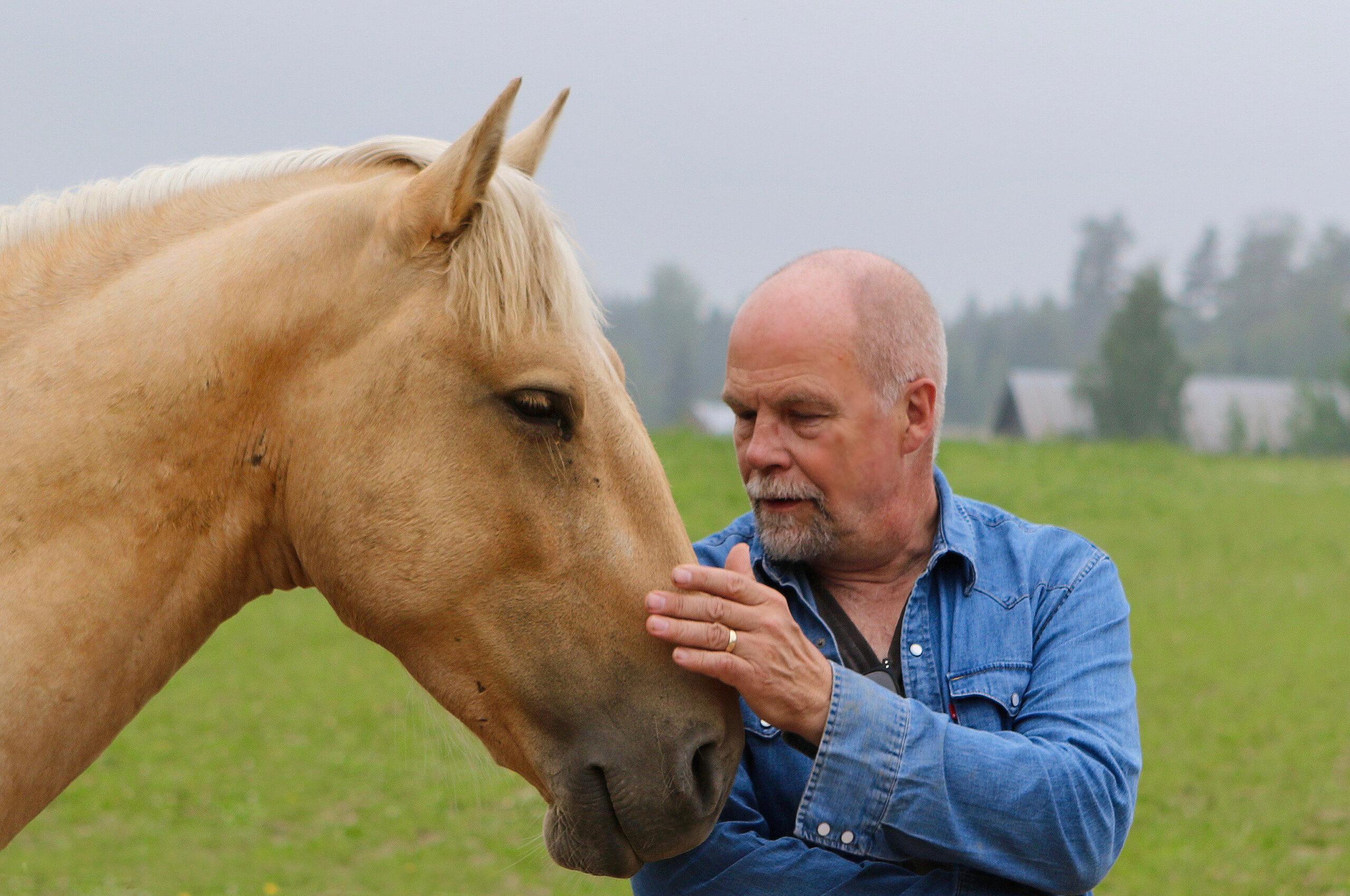 Hevosavusteisen vuorovaikutusvalmennuksen kouluttaja Esa Korhonen